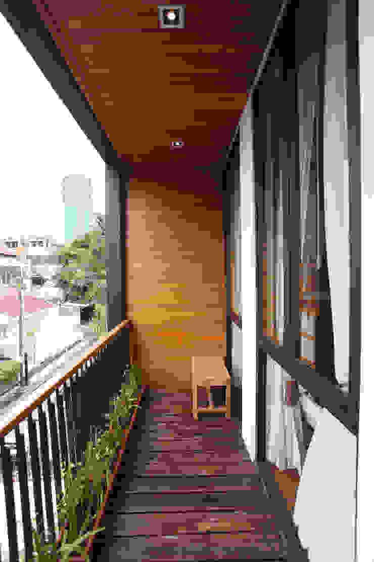 Tulodong VIII Balkon, Beranda & Teras Modern Oleh WOSO Studio Modern