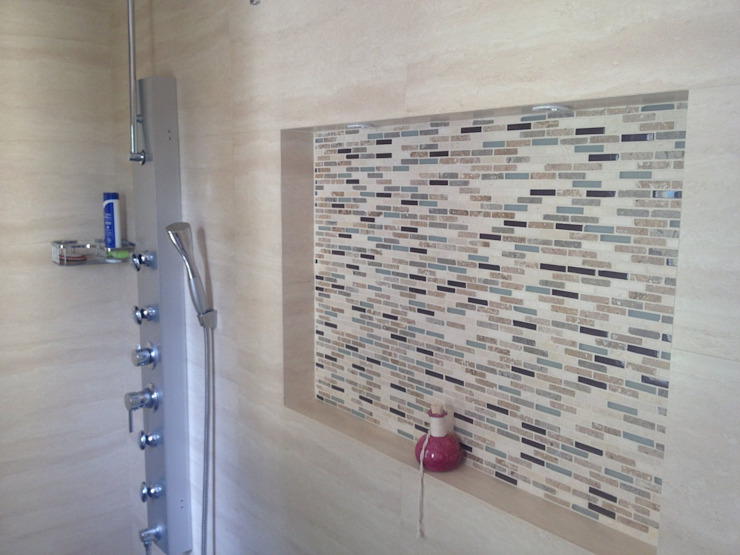 Casa beige de dos pisos Baños de estilo moderno de Erick Becerra Arquitecto Moderno Azulejos