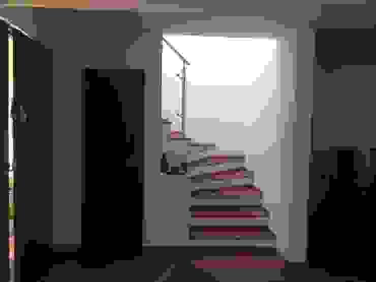 Casa beige de dos pisos de Erick Becerra Arquitecto Clásico Compuestos de madera y plástico
