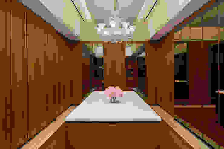 LP House Ruang Ganti Klasik Oleh ARF interior Klasik Kayu Wood effect
