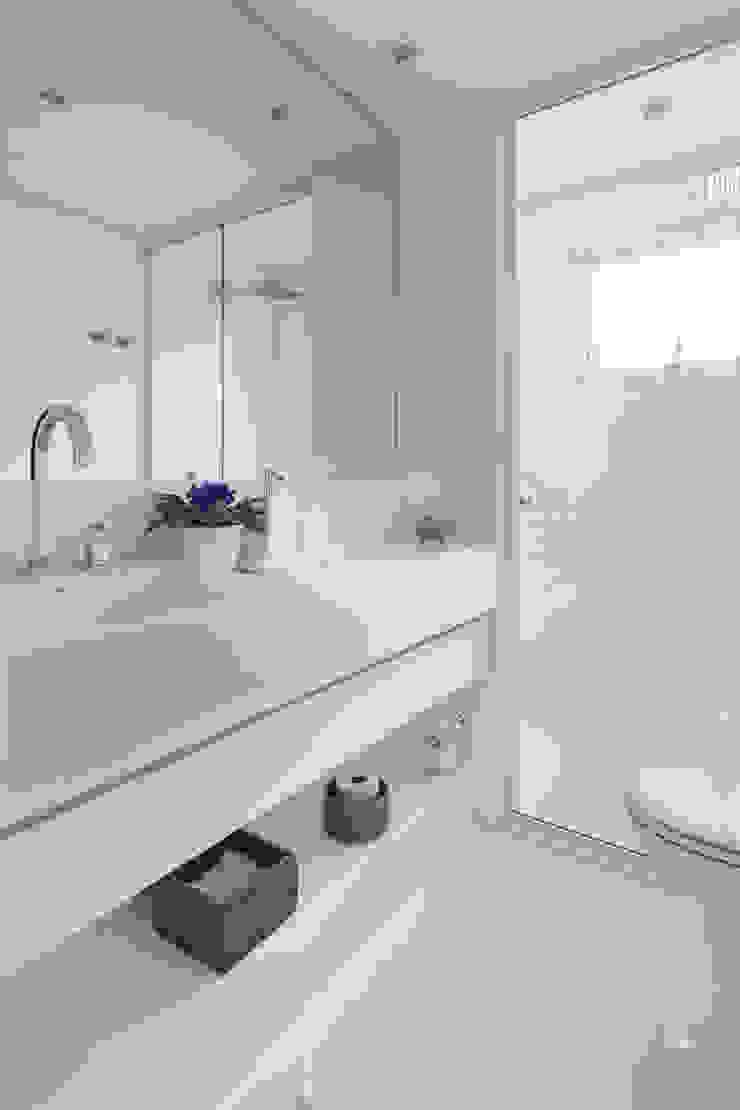 Minimalistyczna łazienka od Flavia Castellan Arquitetura Minimalistyczny