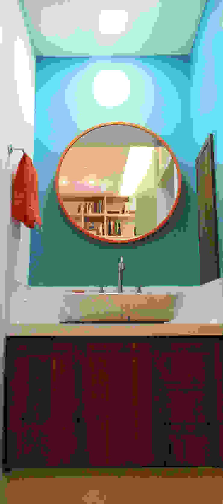 Modern bathroom by CORES - Arquitetura e Interiores Modern