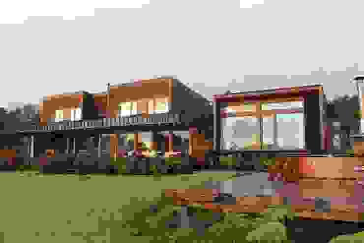 VISTA FRONTAL Casas estilo moderno: ideas, arquitectura e imágenes de KOMMER ARQUITECTOS Moderno