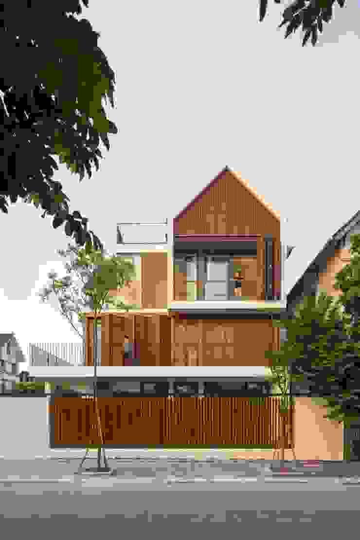 Nhà mái ngói kết hợp với gỗ tự nhiên tạo ấn tượng riêng Nhà phong cách châu Á bởi Công ty Thiết Kế Xây Dựng Song Phát Châu Á
