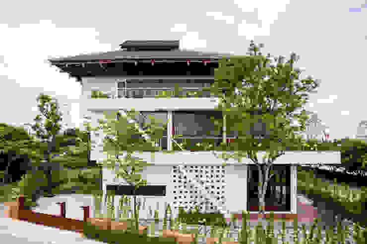 Căn biệt thự luôn mát rượi nhờ cây cối xung quanh và cả mái ngói cách nhiệt bởi Công ty Thiết Kế Xây Dựng Song Phát Châu Á