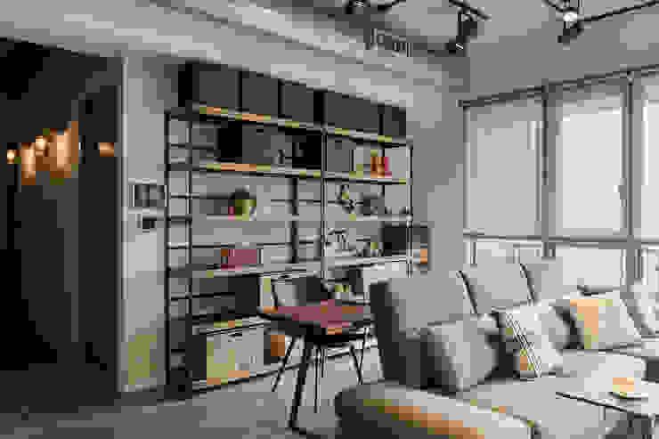 Oficinas y bibliotecas de estilo industrial de 詩賦室內設計 Industrial
