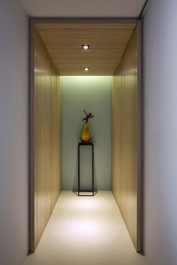 Pasillos, vestíbulos y escaleras modernos de 詩賦室內設計 Moderno