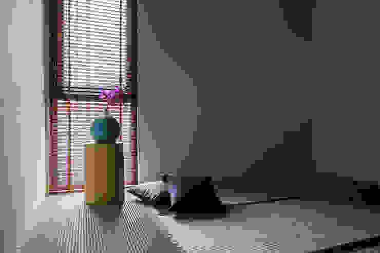 Dormitorios modernos de 詩賦室內設計 Moderno