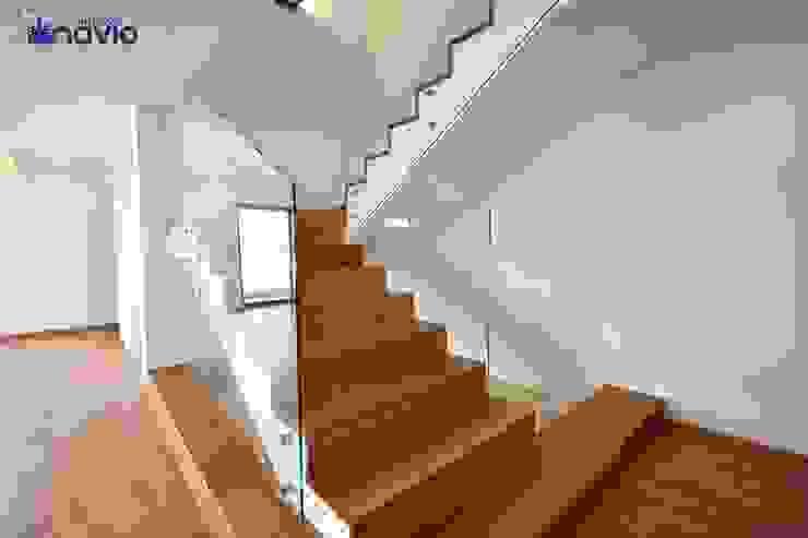Cầu thang theo Construções e Imobiliária Navio, Lda,