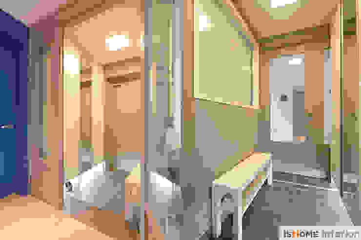 Pasillos, vestíbulos y escaleras modernos de 이즈홈 Moderno
