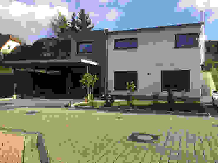 Moderner Hausbau am Hang von wir leben haus - Bauunternehmen in Bayern Modern