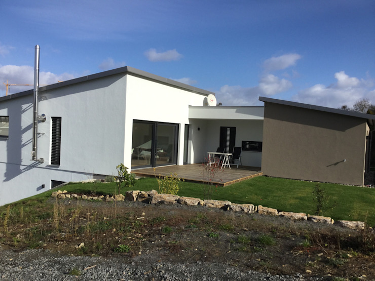 Moderner Bungalow am Hang Moderne Häuser von wir leben haus - Bauunternehmen in Bayern Modern