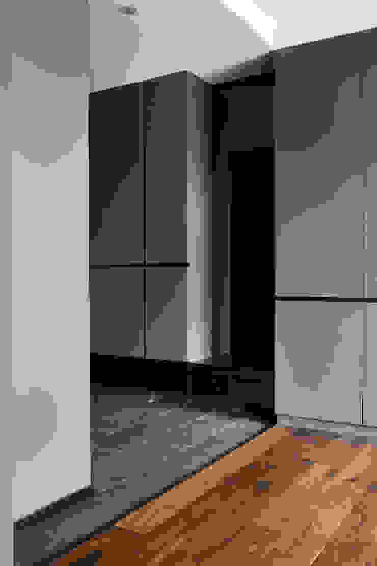 邑田空間設計 Pasillos, vestíbulos y escaleras de estilo moderno