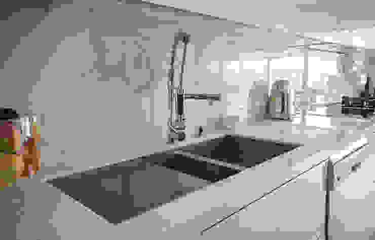 Remodelação a Branco Moderestilo - Cozinhas e equipamentos Lda CozinhaPias e torneiras