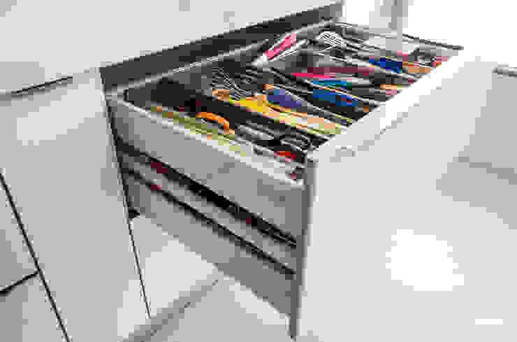 Remodelação a Branco Moderestilo - Cozinhas e equipamentos Lda CozinhaTalheres, louça e copos