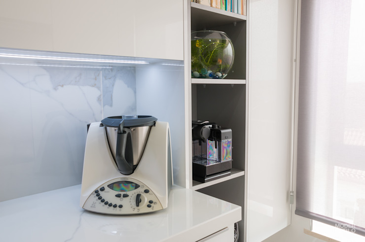 Remodelação a Branco Moderestilo - Cozinhas e equipamentos Lda CozinhaArrumação e despensas