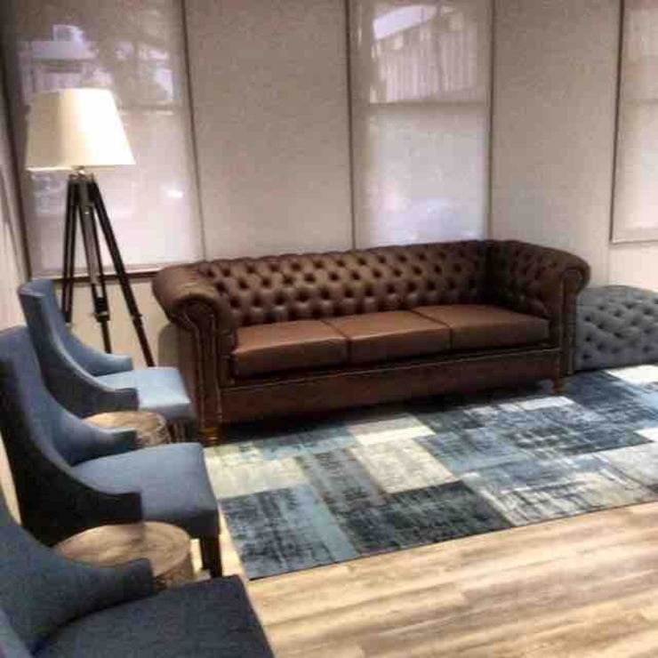 Chesterfield and chairs, rug and lamp:  Living room by CS DESIGN,