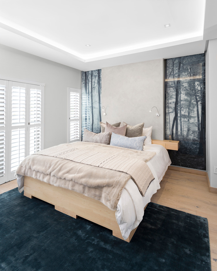 Main Bedroom by Deborah Garth Interior Design International (Pty)Ltd Minimalist Engineered Wood Transparent