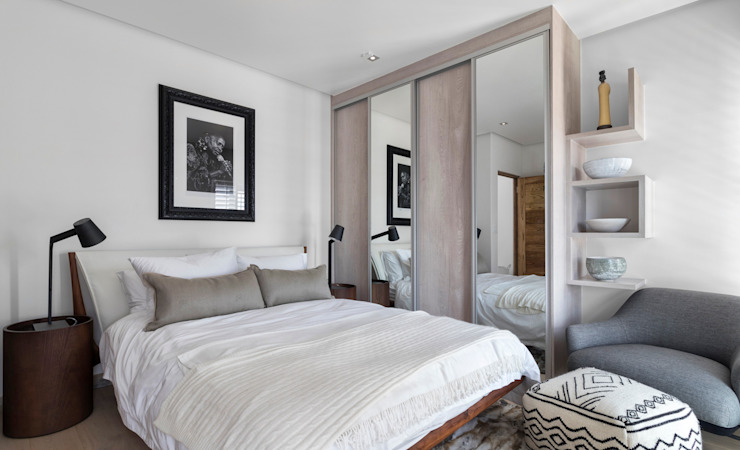 Guest Bedroom by Deborah Garth Interior Design International (Pty)Ltd Minimalist Wood Wood effect
