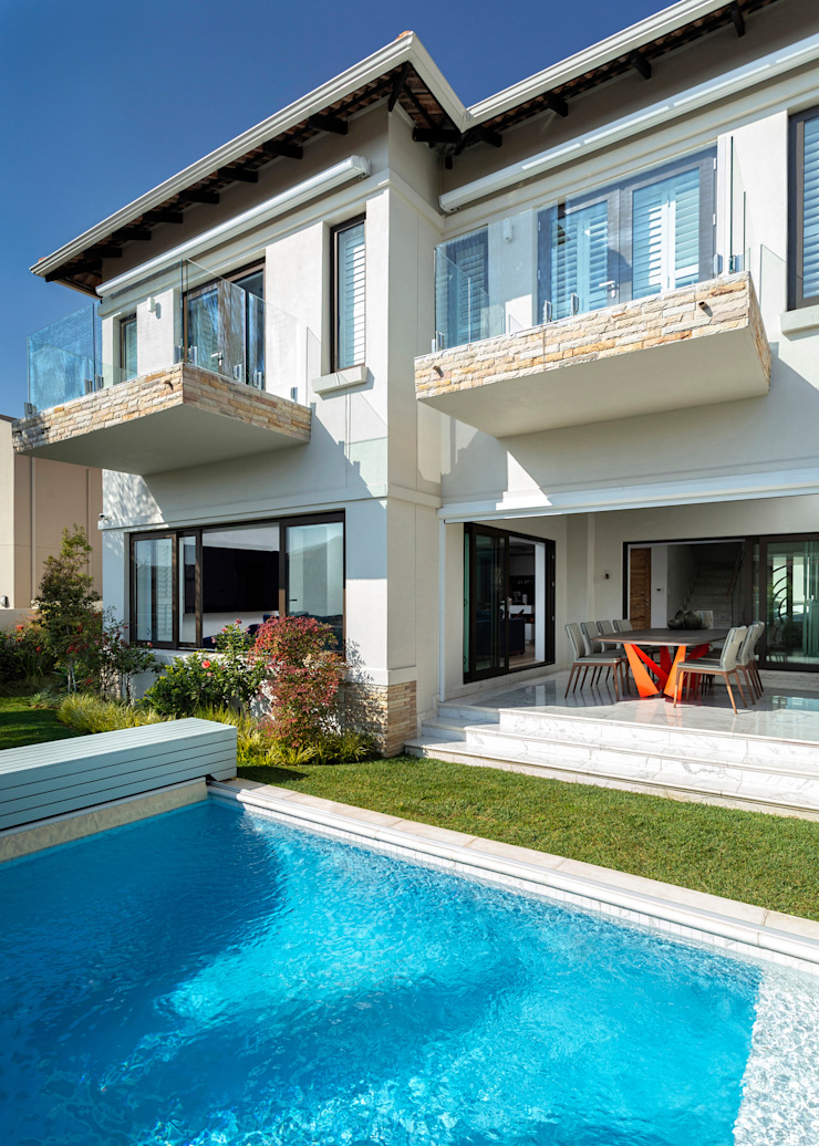 Front Patio and Pool Deborah Garth Interior Design International (Pty)Ltd Multi-Family house Sandstone White