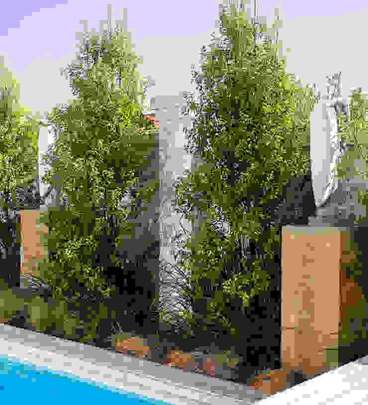 Sculptures surrounding pool by Deborah Garth Interior Design International (Pty)Ltd Minimalist Granite