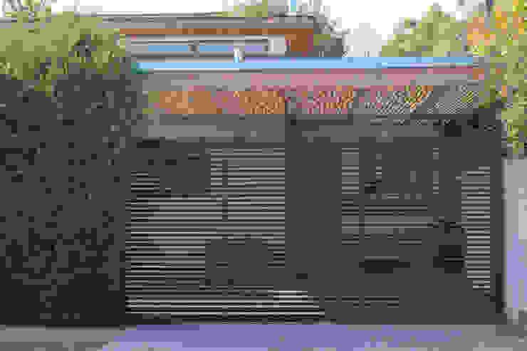 Portón de acceso de Arqbau Ltda. Moderno Madera Acabado en madera