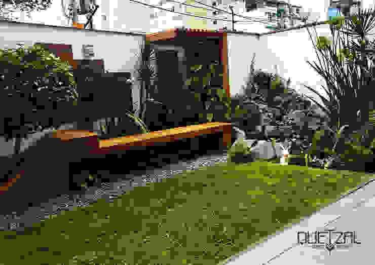 Ambiente Natural. Madera + Cascada + Jardín vertical + Piedras Jardines modernos de Quetzal Jardines Moderno