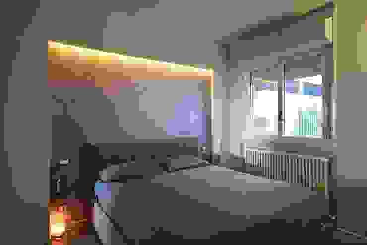 PARETI IN CEMENTO, LUCI A LED E COLORI DECISI silvestri architettura Camera da letto moderna