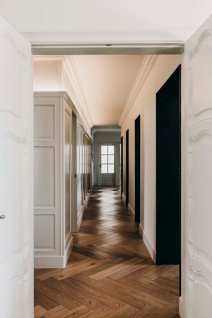 Classic style corridor, hallway and stairs by ISABEL LOPEZ VILALTA + ASOCIADOS Classic