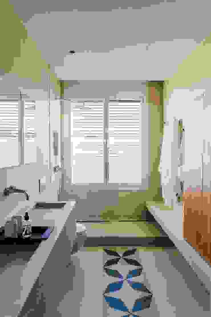 Modern bathroom by ISABEL LOPEZ VILALTA + ASOCIADOS Modern