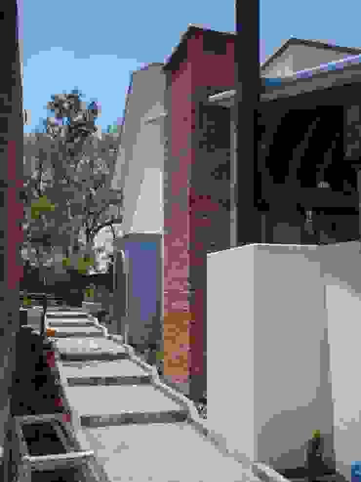 ACCESO PRINCIPAL SERCOYDE SA DE CV Casas de campo Ladrillos Blanco