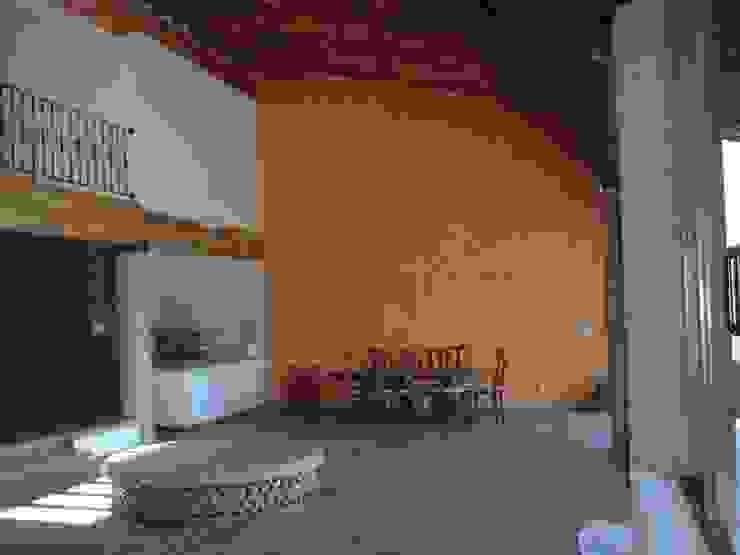 ZONA DE COMEDOR Y COCINA ABIERTA CON USO DE MADERA DE LA ZONA SERCOYDE SA DE CV Casas de campo Madera maciza Naranja