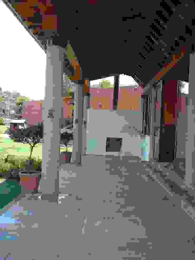 TERRAZA POSTERIOR SERCOYDE SA DE CV Casas de campo Concreto Blanco
