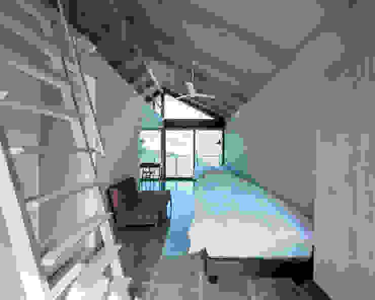 โดย 伊藤憲吾建築設計事務所 โมเดิร์น กระเบื้อง