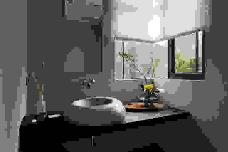 Baños de estilo  por 黃耀德建築師事務所  Adermark Design Studio,