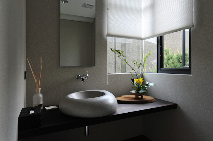 廁與景 Minimalist style bathroom by 黃耀德建築師事務所 Adermark Design Studio Minimalist