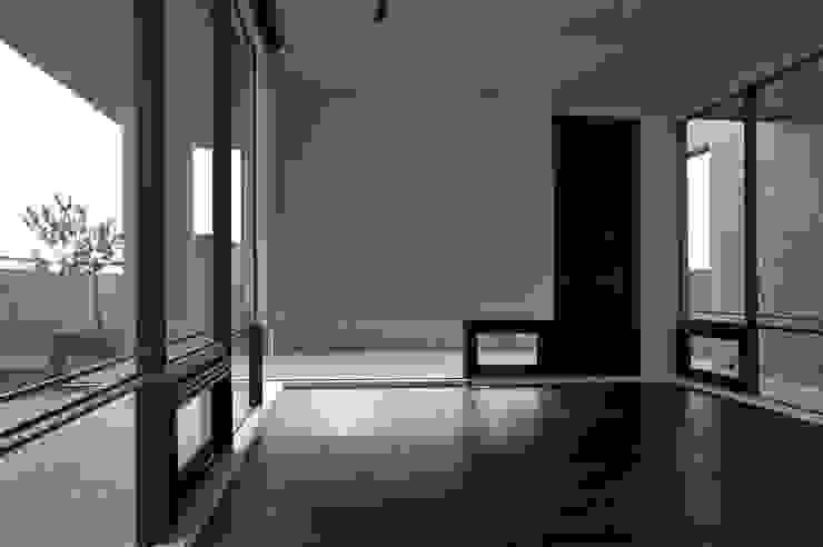 懸牆 Minimal style window and door by 黃耀德建築師事務所 Adermark Design Studio Minimalist