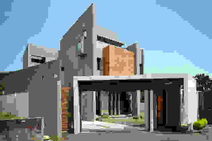 Fincas de estilo  por 黃耀德建築師事務所  Adermark Design Studio,