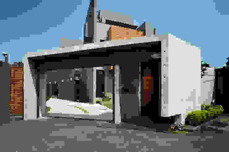 圍牆大門 根據 黃耀德建築師事務所 Adermark Design Studio 簡約風