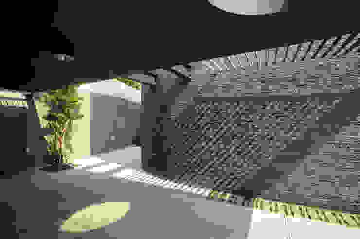 Garajes y galpones de estilo  por 黃耀德建築師事務所  Adermark Design Studio,