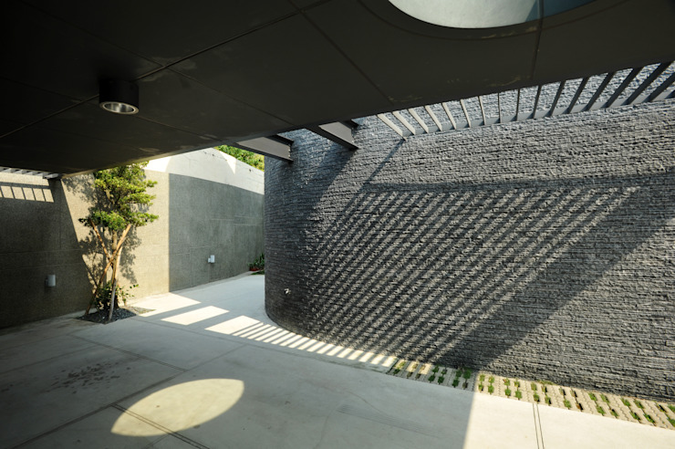 Garasi oleh 黃耀德建築師事務所  Adermark Design Studio, Minimalis