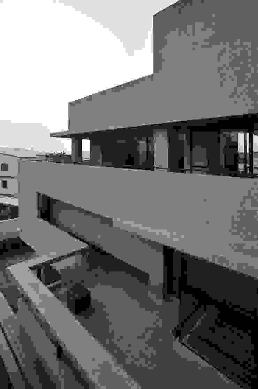 Balcones y terrazas minimalistas de 黃耀德建築師事務所 Adermark Design Studio Minimalista