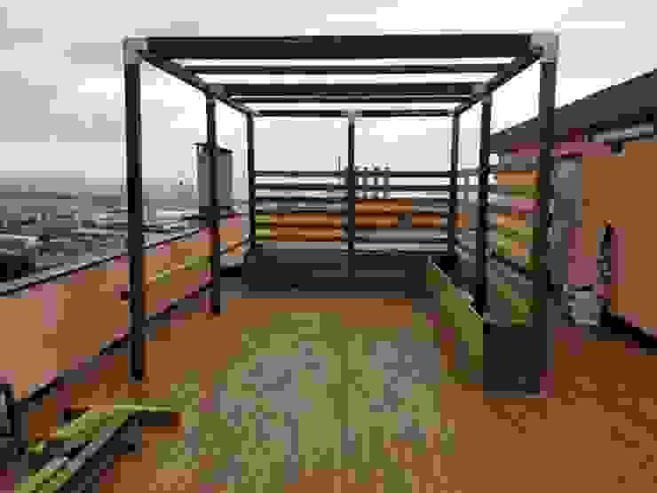 Pergola in legno con travetti ombreggianti e sedute di ONLYWOOD Classico Legno Effetto legno