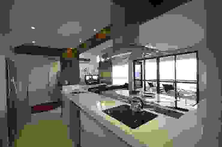 Área Gourmet - depois Form Arquitetura e Design Armários de cozinha Branco
