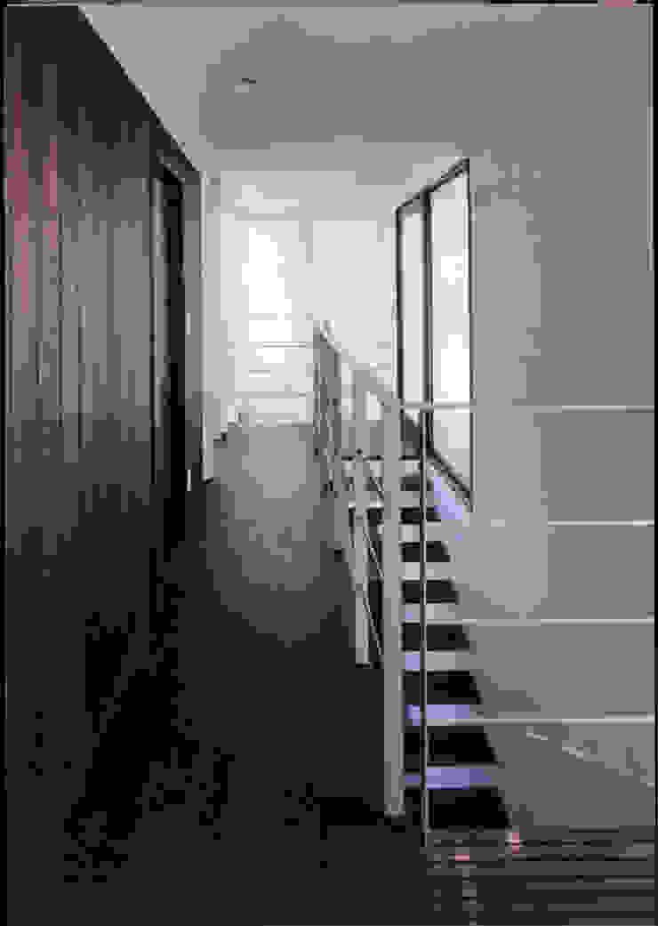 湘南の海を眺望し、本格的なオーディオルームを楽しむ モダンスタイルの 玄関&廊下&階段 の 豊田空間デザイン室 一級建築士事務所 モダン