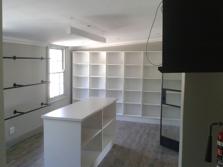 Oficinas y comercios de estilo colonial de Renov8 CONSTRUCTION Colonial
