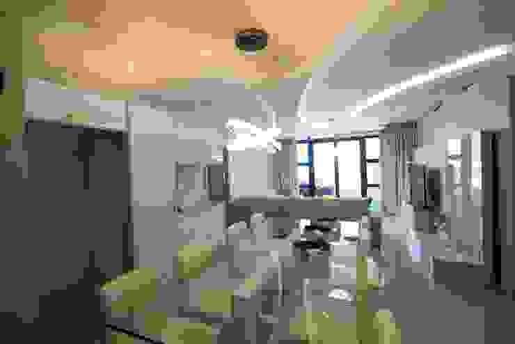 White Modern 3 Bedroom Apartment Minimalist dining room by Adore Design Minimalist