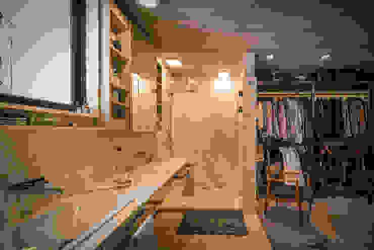 Baño con vestidor Closets de estilo industrial de Paola Calzada Arquitectos Industrial Mármol