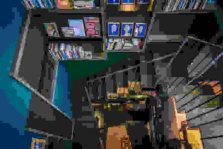Vista de escaleras Paola Calzada Arquitectos Escaleras Concreto Azul