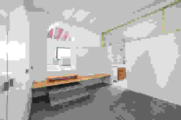 Minimalistyczny korytarz, przedpokój i schody od LaBoqueria Taller d'Arquitectura i Disseny Industrial Minimalistyczny Deski kompozytowe Przeźroczysty